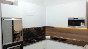 cucina bianca con top in gress e schienale misto legno e gress