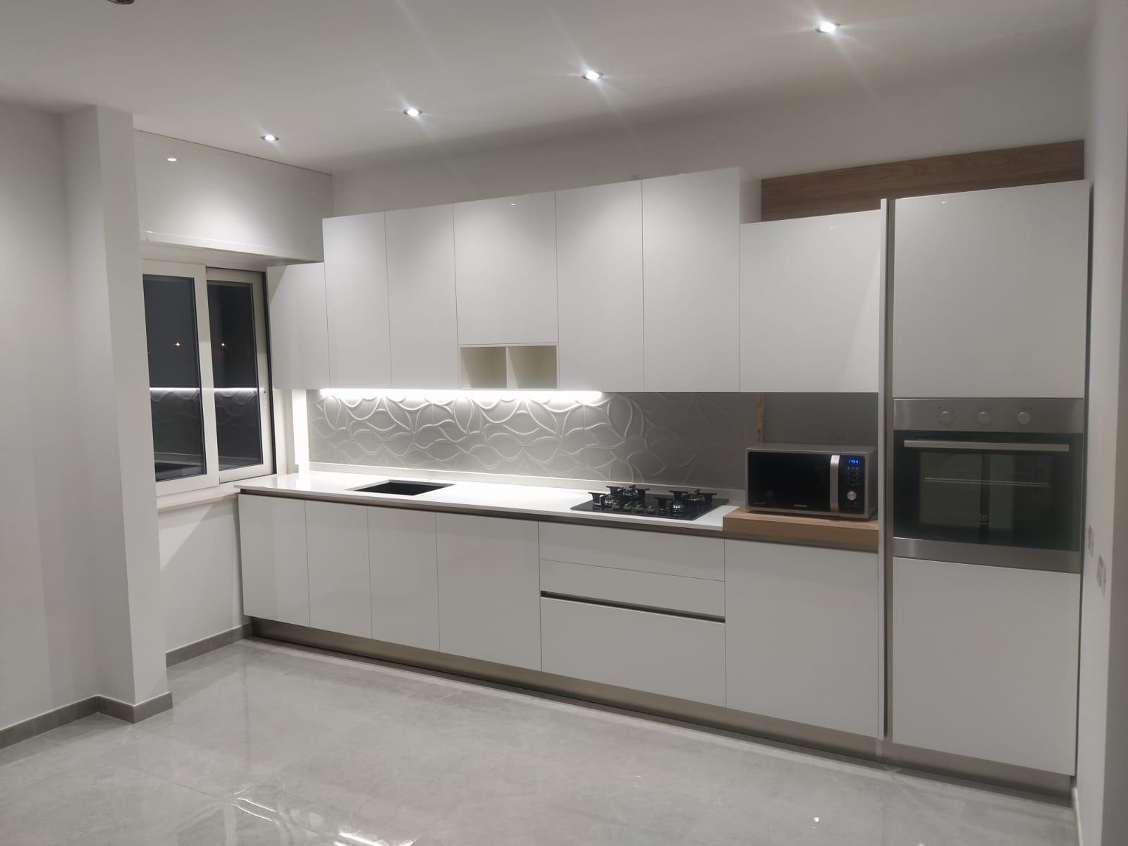 cucina bianca con gola