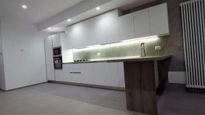 cucina bianca lineare con top in quarzo e penisola