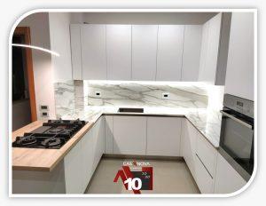 Realizzazione cucina su misura con finestra integrata e angoli a falso squadro