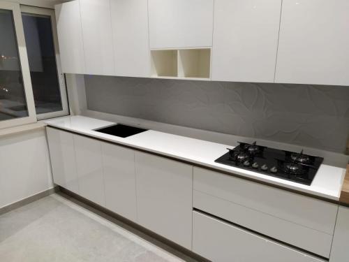 cucina bianca con gola 1