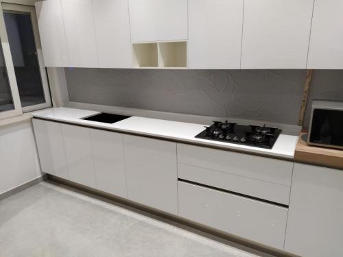 cucina bianca con gola 3