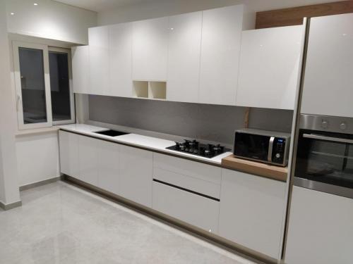 cucina bianca con gola 5