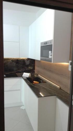 cucina bianca in gres e legno con elettrodomestici incassati 2
