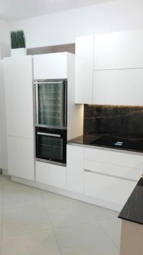 cucina bianca in gres e legno con elettrodomestici incassati 3