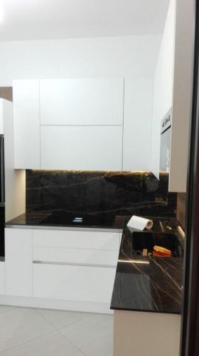 cucina bianca in gres e legno con elettrodomestici incassati 4
