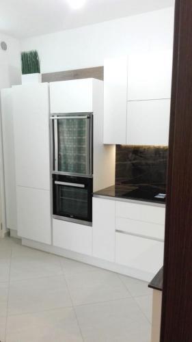 cucina bianca in gres e legno con elettrodomestici incassati 5