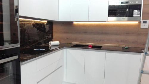 cucina bianca in gres e legno con elettrodomestici incassati 6