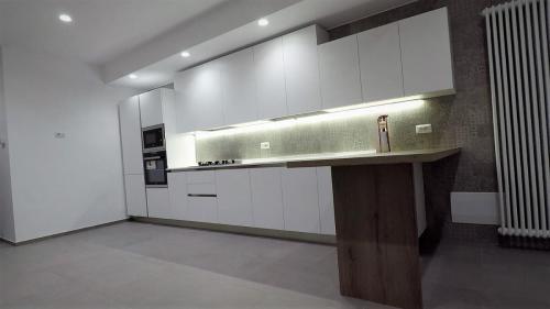 cucina bianca lineare con top in quarzo e penisola 5