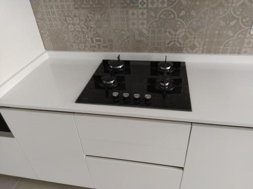 cucina bianca lineare con top in quarzo e penisola 7