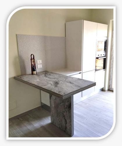 cucina semplice completata con libreria a giorno 2 .jpeg