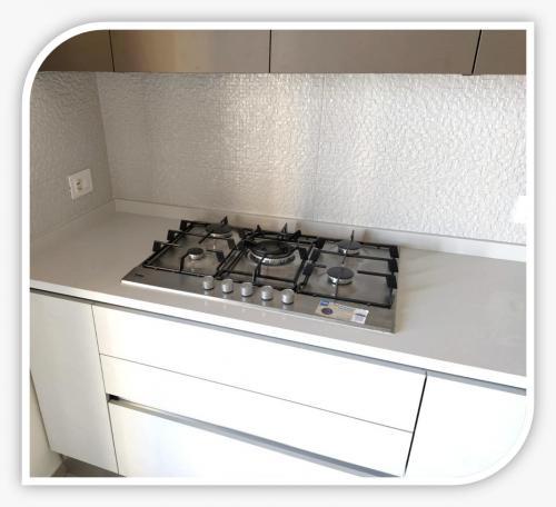 cucina semplice completata con libreria a giorno 4  .jpeg