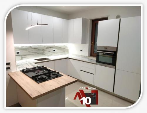 cucina su misura con portaprese integrato e finestra in composizione 12