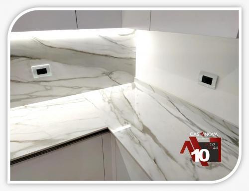 cucina su misura con portaprese integrato e finestra in composizione 13