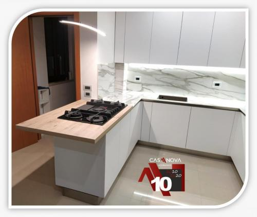 cucina su misura con portaprese integrato e finestra in composizione 15