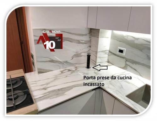 cucina su misura con portaprese integrato e finestra in composizione 16