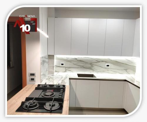 cucina su misura con portaprese integrato e finestra in composizione 3