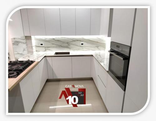 cucina su misura con portaprese integrato e finestra in composizione 5