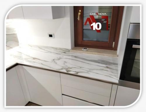 cucina su misura con portaprese integrato e finestra in composizione 9