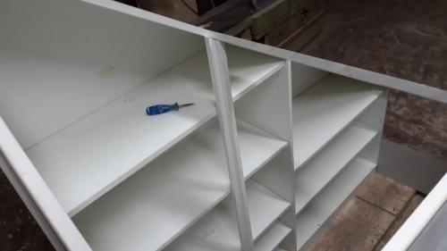 mobile su misura sottoscala con struttura laccata bianca 1