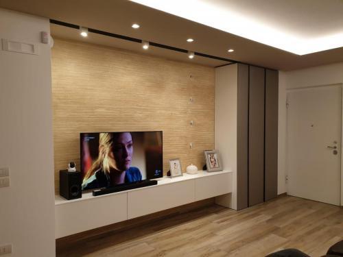 parete living con armadiatura 2